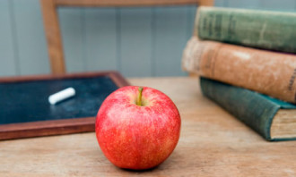 Teachers-apple-on-a-desk-007